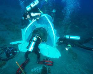 Expeditieleden zetten een onderzoekstent op - Foto: Erik Meesters