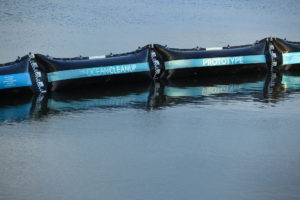 De barrière van The Ocean Cleanup