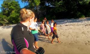 Veel aandacht van de lokale kinderen - Foto: Sophie Neitzel