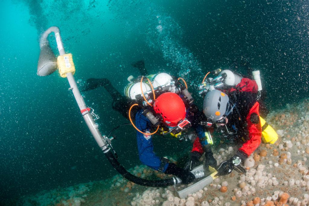 Duikers op een wrak in de Noordzee - Foto: Cor Kuyvenhoven