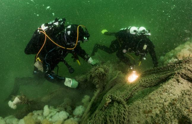 Duikers snijden netten los - Foto: Cor Kuyvenhoven