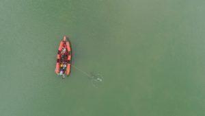 Biologen duiken op oesterbank in de voordelta - Foto: Pieter-Bas Broeckx / Bureau Waardenburg