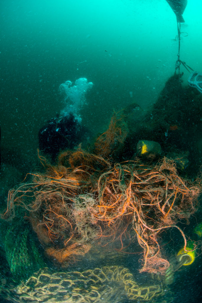 Duikers ruimen spooknetten op - Foto: Udo van Dongen