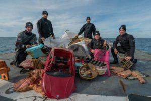 Expeditie ruimt afval MSC Zoe op - Foto: Peter van Rodijnen